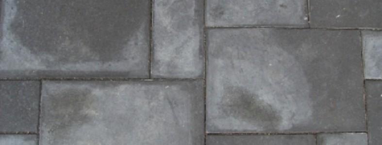 betontegel met witte vlekken