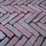 Oud gebakken Klinkers Waalformaat rood paars straat