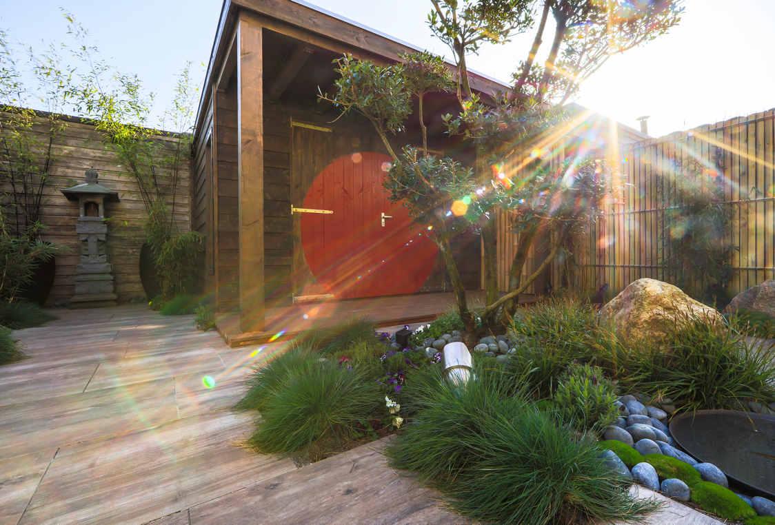 Natuurlijke tuin met keramiek en keien